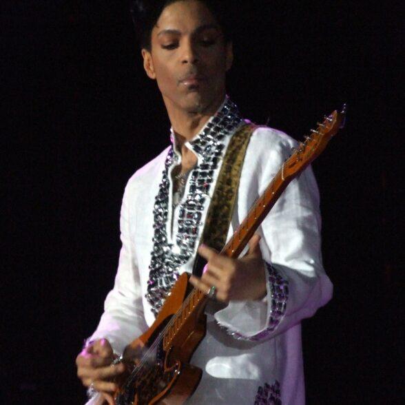 Prince à Coachella en 2008 (photo libre de droits via Wikicommons)